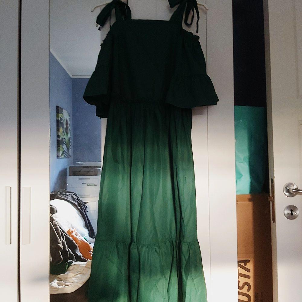 Emeraldgrön klänning från SHEIN. Köpt på Plick men pbomullassade inte mig riktigt. Den är oanvänd och passar en i storlek xs-s. Justerbara axelremmar 🌿 65% polyester 35% . Klänningar.