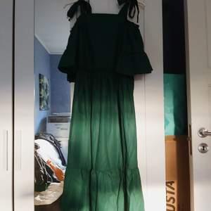 Emeraldgrön klänning från SHEIN. Köpt på Plick men pbomullassade inte mig riktigt. Den är oanvänd och passar en i storlek xs-s. Justerbara axelremmar 🌿 65% polyester 35%