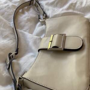 säljer min beige vita väska pågrund av att den aldrig kommit till andvändning!! budgivning, bud på : 200