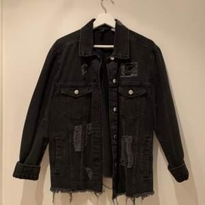 Sliten jeansjacka från HM i storleken 40. Jackan är använd enstaka gånger och är därav i mycket bra skick. Stängs med knappar och har fyra fickor.