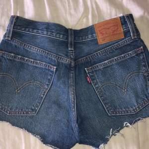 Snygga Levis shorts stl 25. Knappt använda och ser ut som nya. Kostat 549 kr och mitt pris är 220 + frakt 💕💗