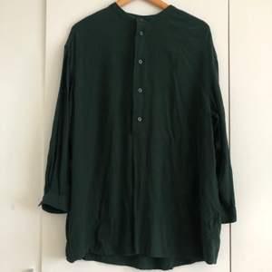 Oversized mörkgrön skjorta från Weekday i strl XS. Säljs pga används inte längre. Köpare betalar frakten.