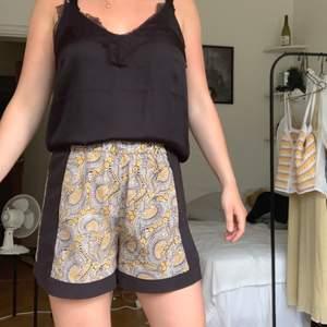 Paisley mönstrade shorts från H&M! Gott skick! 40kr + frakt (kan även mötas i Lund) 💛