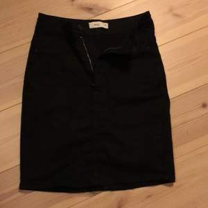 Säljer denna 1 gång använda svarta jeanskjolen från GinaTricot. Svart med två fickor bak. Storlek xs, men så stretchig så skulle passa S också. Nypris 199:- Mitt pris 60:- inkl frakt!✨☺️