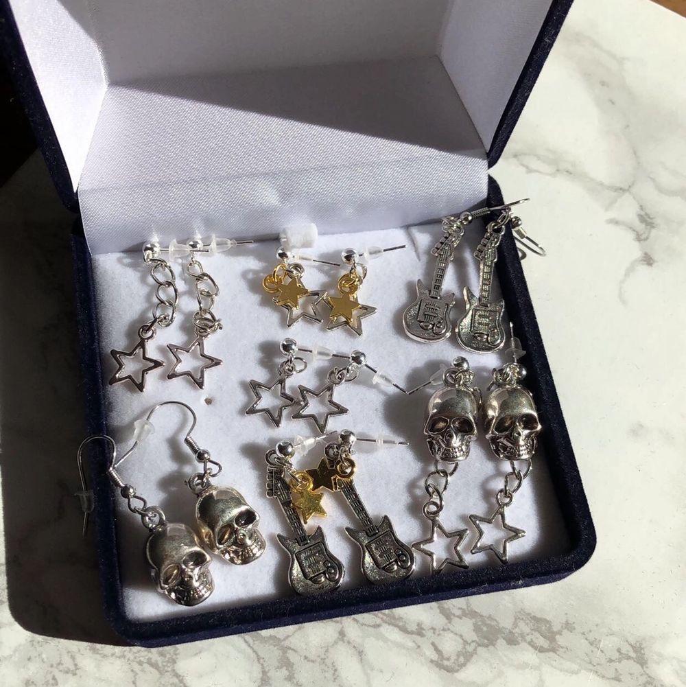 I samband med gårdagens släpp av smycken, släpps även idag ett flertal nya örhängen med matchande halsband. Dom är sjukt fina att kombinera.  Örhängen: 59kr Halsband: 79kr  MITT INSTAGRAMKONTO: @alvasellout ⚡️🎸⭐️💕. Accessoarer.
