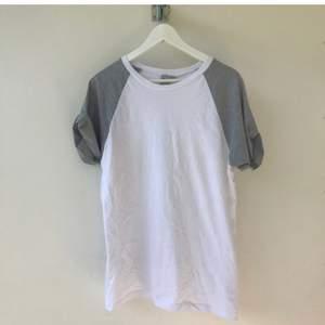 Så snygg vit T-shirt med gråa ärmar från ASOS. Aldrig använd men finns en liten fläck på höger sida (se bild) som måste ha blivit när jag flyttade. Går säkert bort i tvätt. Hur skön som helst i materialet och sitter supersnyggt!