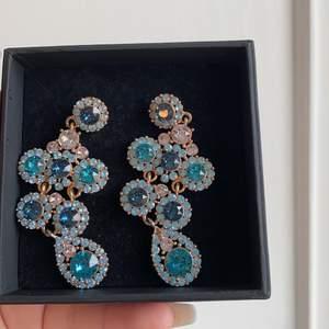Ett par blåa längre örhängen från Lily and rose. Nypris 899kr. Köparen står för frakten