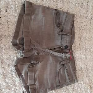 Grågröna shorts i storlek W24. Kan mötas upp i Uppsala/Stockholm, alternativt skicka mot fraktkostnad.💛