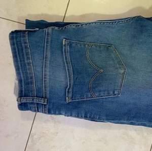 Ett par Levis jeans i storlek 721 high rise skinny storlek 30! Nästan helt oanvända och jättefina! 💞