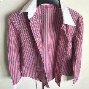 Randig skjorta i st 42                                        (frakten är inkluderad)