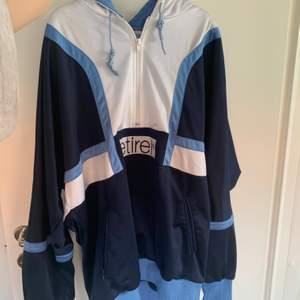 Stor oversize hoodie med fickor As skön!! Har en liiiten fläck brevid märket men går bort enkelt gissar jag
