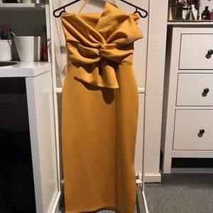 Åtsittande men ändå stretchig festklänning med fina detaljer. Använd 1 gång!