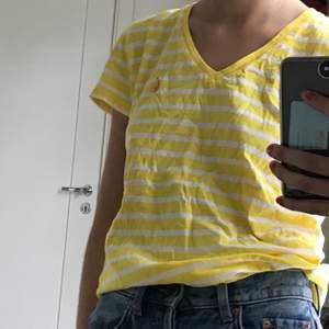 En gulrandig t-shirt från Ralph lauren🧡 passar en xs och en s