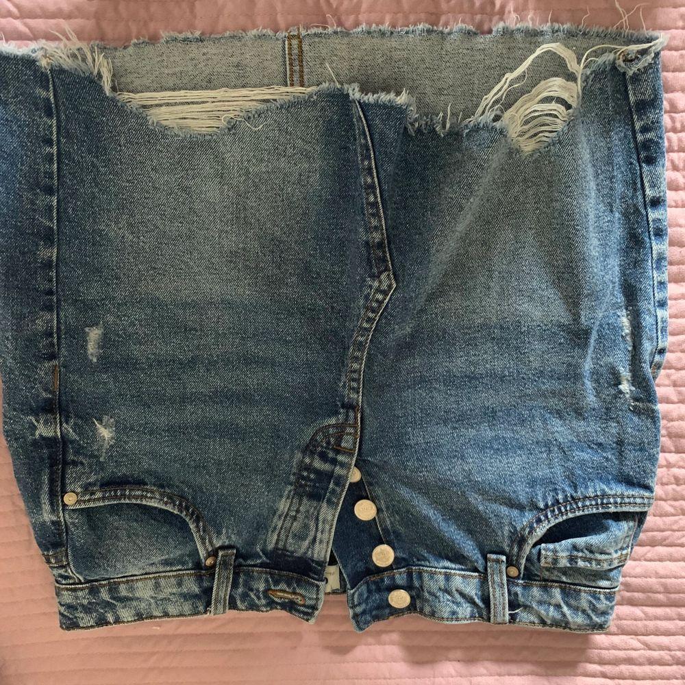 Superfin jeans kjol från Only som har blivit för liten för mig! Endast använd cirka 3 gånger men sitter superfint på och är jätte skön! . Kjolar.