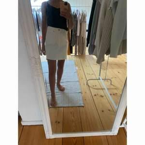 Otroligt fin kjol från H&M , tyvärr blivit för liten för mig.  Storlek 34.  -köparen står för frakten-  🤍🤍🤍🤍🤍🤍