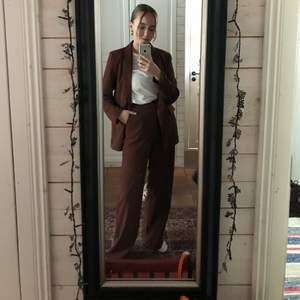 Superfint kostymfest från nelly! Lagom oversized (byxorna är i storlek 32 och kavajen i 34, men jag brukar ha storlek 38 och de är ändå oversized). Byxorna är lite uppsydda men fortfarande väldigt långa på mig som är va 166cm. Knappt använt!