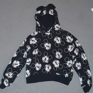En nästan aldrig använd musse pigg crop top hoodie med öron . Från H&M fortfarande mjuk inuti. Köparen betalar frakt 88kr :)