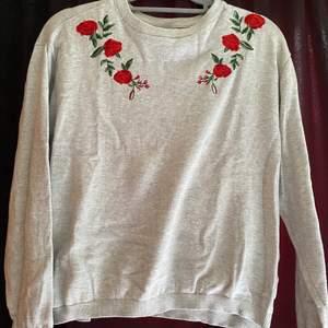 Jätte gullig tröja med broderade blommor vid nyckelbenen. Säljs pga kommer ej till användning tyvärr.