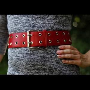 Snyggt rött bälte med dubbla hål i silverdetaljer. Lätt att matcha, går att ha både i midjan som runt höfterna. Fint skick. Finns i Malmö, alt kan skickas (mot att köparen står för frakten). Betalning via swish.