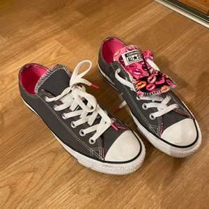 Säljer 2 par unika converse skor i läpp mönster, säljes då dem inte används. Storlek 37,5 och storlek 39!                         Nypris - 700 kronor                                                                      Säljes för 200 kronor