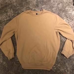 Beige sweatshirt i skönt material.