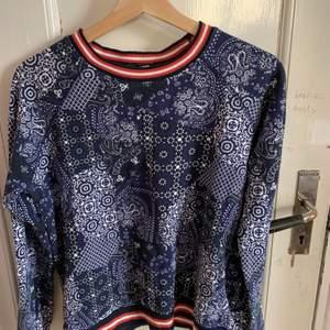 Cool sweatshirt med pasley-mönster. Fri frakt!