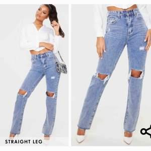 Trendiga jeans ifrån Prettylittlething. Aldrig använda, lappen är kvar. 😇  Dom är klippta där nere, se bild 3.