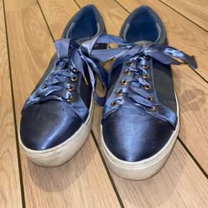Blåa skor med sidenband ifrån Nelly.com. Använda två gånger så i fint skick.