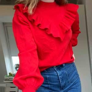 En aldrig använd röd stickad tröja med volang framtill från Visual Clothing Project köpt på MQ. Skriv för mer info. Frakt tillkommer.