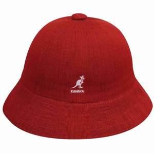Kangol hatt! Typ helt oanvänd (Orginalpris; 700kr) (Obs på bilden är märket vitt, i verkligheten är den guldig/beige (köpare står för frakt). Skriv för fler bilder💕