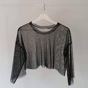 Croppad tröja i mesh från Pull&Bear storlek M. Köparen betalar frakt. Betalning via swish 🥰