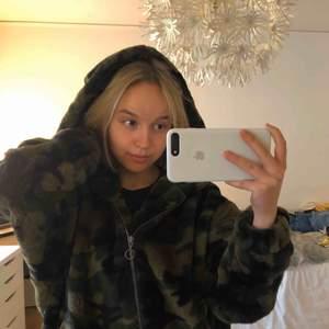 Oversized mjuk hoodie med stor luva. Så himla mjuk och gosig !!!!! Militärmönstrad från Urban Classics 💋💋 Fraktkostnad: 90kr