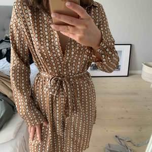 En oanvänd klänning från boohoo. Storlek 36