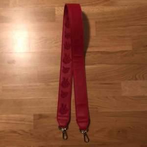"""rött väsk-band (det har egentligen rosor på sig men de FÅTAL gånger jag använt det har jag använt det med """"fel"""" sida (den helt blanka sidan)) 😁"""