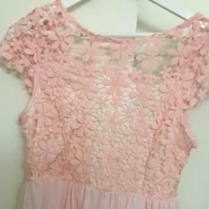 Ljusrosa klänning från Bubbleroom  Storlek M Använd 1 gång  I väldigt bra skick