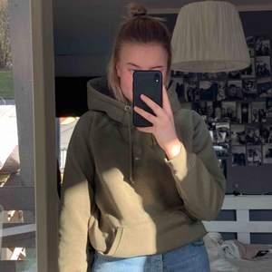 Mörkgrön hoodie från Bikbok. Frakt ca 50kr
