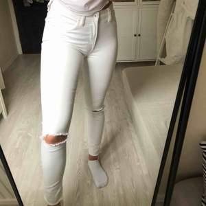 Vita jeans från hm!! Riktigt snygga till sommaren, dock för små för mig! Pris+frakt❤️