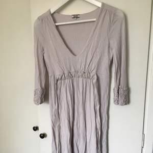 Jättefin kort långärmad klänning från NoaNoa