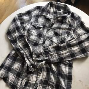 Svart/vit rutig skjorta från H&M. Har varit en favorit men är fortfarande i perfekt skick (den har legat i en kasse längre tid och behöver en strykning)   ⭐️Finns att hämta i Gustavsberg, kan även frakta. Köparen betalar frakten⭐️