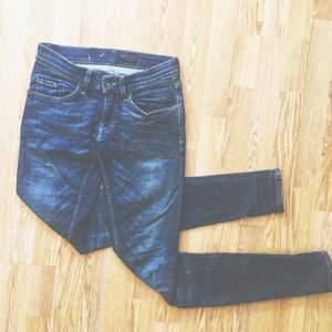 Riktigt snygga Tiger of Sweden - jeans. Inköpta för 1500kr, använda 2ggr. Pris diskuterbart.  Blå, låga, skinny. Finns ingen lapp med strl men skulle tippa på runt 27/32.  Möts upp i centrala Sthlm eller skickar för fraktkostnad. ✨