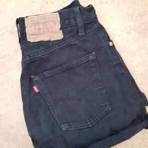 sjukt snygga Levis jeans skjorts välanvända, fint slitna, säljes pga jag växt ur dom på koft tid. ev. frakt tillkommer🌸 passar en 36a