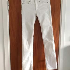 Superfina vita acne jeans i storlek 27! Jättefint skick  Betalning sker via swish  Köparen står för frakt