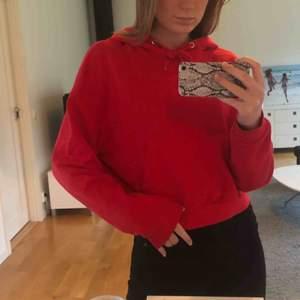 Säljer denna röda hoodie från hm i storlek S, men passar även XS. Endast använd 1 gång:)