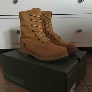 Authentics Teddy Fleece Boot for Women in Yellow Timberland boots. Köpta förra vintern, använda fåtal gånger och är i mycket fint skick. Helt vattentäta och varma! Frakt tillkommer alternativt mötas upp i Gbg. Levereras i orginallådan om man vill🥾