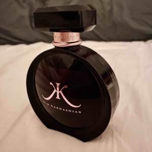 Kim kardashians parfym som beskrivs såhär:  Orientalisk/Blommig Priset har inkluderad frakt!