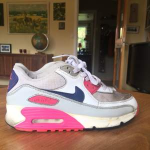 Säljer mina Nike air max! Lite smutsiga men går nog att tvätta bort, annars bra skick