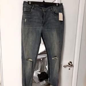 Ett par jeans från hm med lappar kvar. Står storlek 42 i men skulle uppskatta de till 38-40.