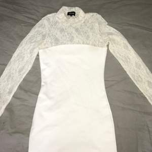Figursydd klänning med spets från bubbelroom, som ny endast använd 1 gång. Nypris 400kr ,pris 100kr