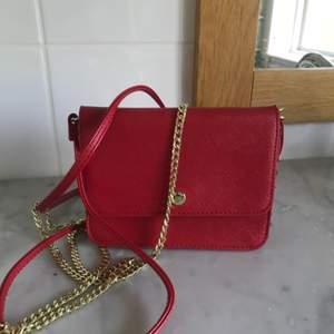 Fin röd axelbandsväska! En kedja och en i läder. Fint skick!