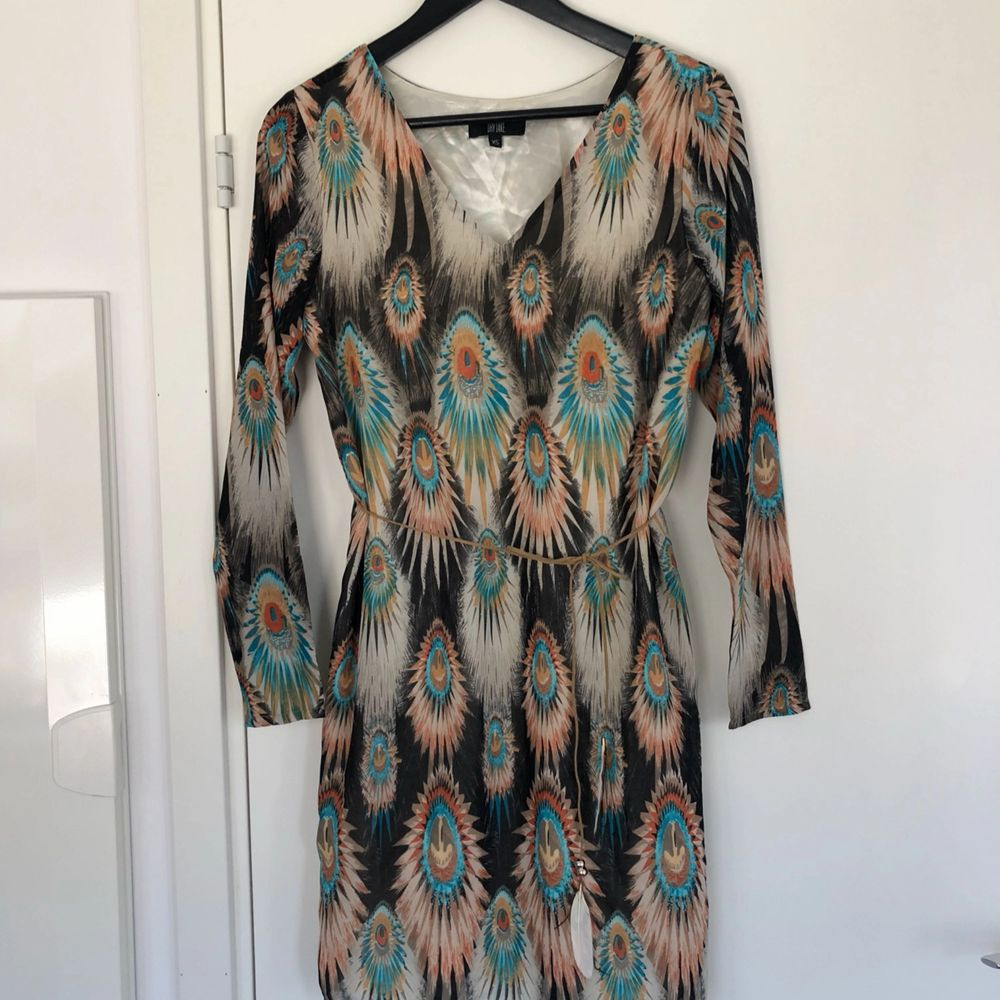 Mönstrad klänning från DryLake med snörning i midjan. Aldrig använd.. Klänningar.